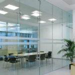 Цельностеклянные перегородки: популярное креативное решение для квартир и офисов