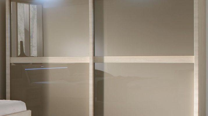 Особенности применения шкафа купе со стеклянными дверцами