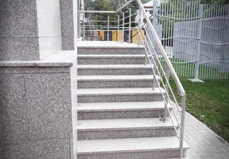 Отделка лестницы природным камнем