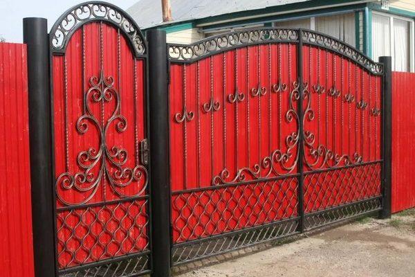 Распашные металлические ворота с калиткой из профнастила