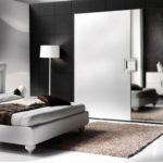 Как правильно разместить зеркала в интерьере спальни?